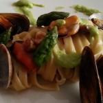 Tagliatelle con cozze e vongole al profumo di asparagi e noci croccanti.