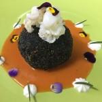 Sfera di riso al nero di seppia con ricotta fresca…