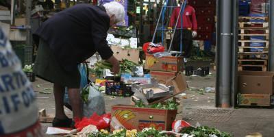 20081222- ROMA -SOI- ISTAT:  5,3% FAMIGLIE NON HA SOLDI PER IL CIBO  - Foto d'archivio  del novembre scorso mostra un'anziana a Roma nel mercato rionale di Val Melaina che raccoglie generi di prima necessità in terra tra gli scarti .  Secondo l'ultima indagine dell'Istat, a fine 2007 e' salito dal 4,2% al 5,3% il numero delle famiglie che ha dichiarato di avere avuto nel corso dell'anno ''momenti con insufficienti risorse per l'acquisto di cibo''. ANSA ARCHIVIO/MASSIMO PERCOSSI / DEB