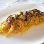 Spaghetti quadrati con cozze, vongole e crema di bufala allo zafferano